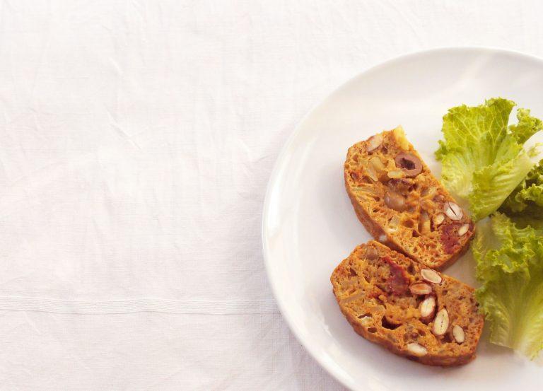 Cake aux tomates séchées, olives et amandes