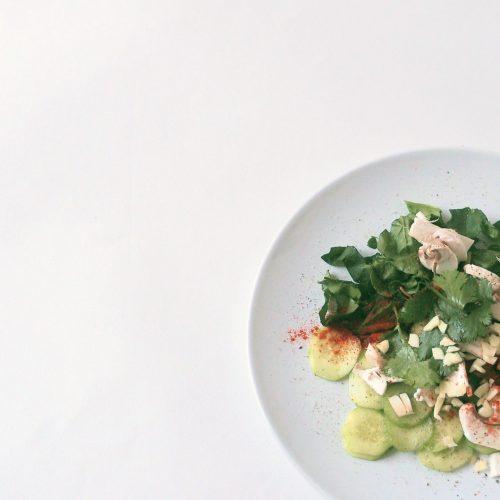 Salade d'épinards aux concombres et aux champignons